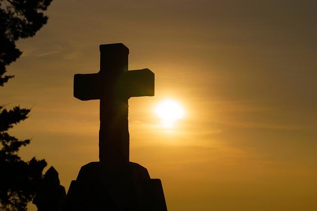 kříž u stromu