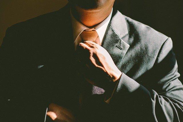 Muž utahující si kravatu