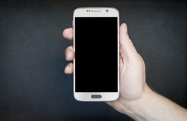 Mobilní telefon v ruce