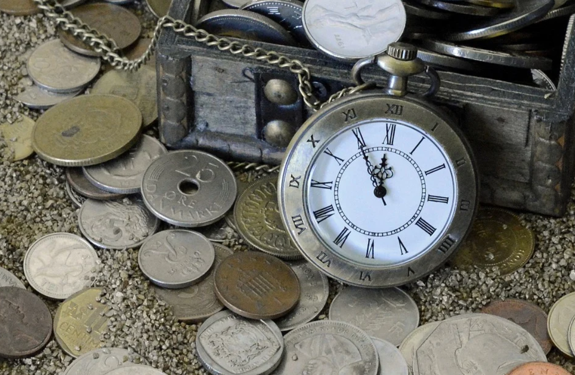 peníze a hodinky
